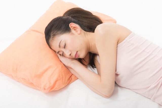 横になり寝ている女性