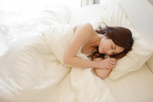 気持ち良く眠る女性