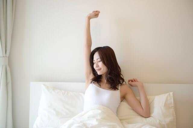 快調に目覚める女性