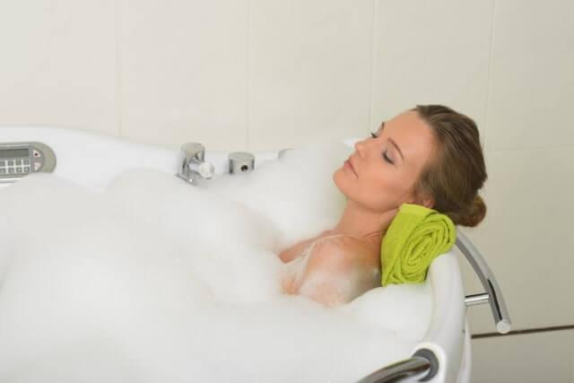 気持ち良さように入浴する女性