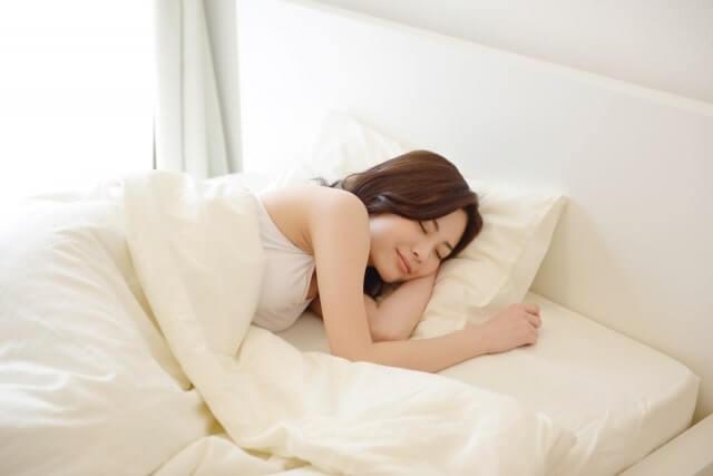 腰が痛いのは寝方が原因!?自宅できる3つの対策法とは
