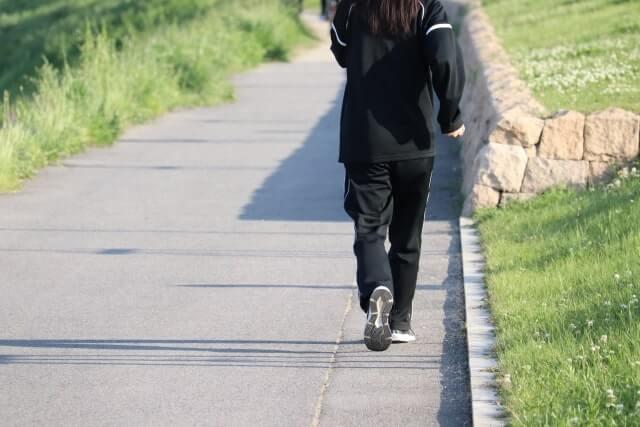 早歩きしている女性