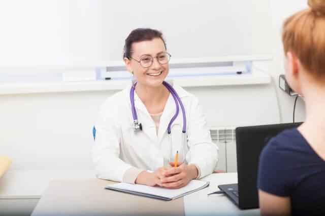 笑顔で説明する医師
