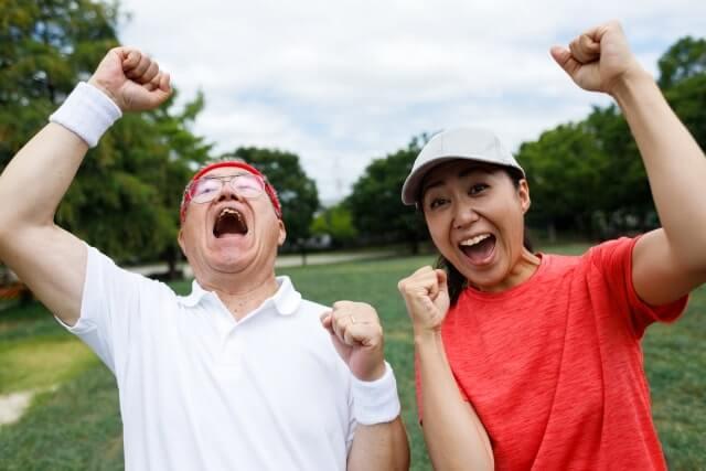 元気にゴルフをおこなう男女