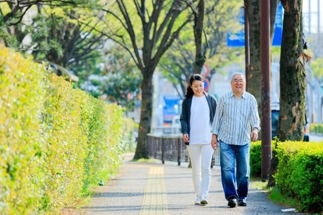 リハビリで外を歩く男性