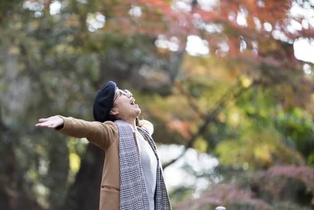 自然の中で手を広げている女性