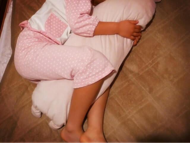 抱き枕を使い横になる