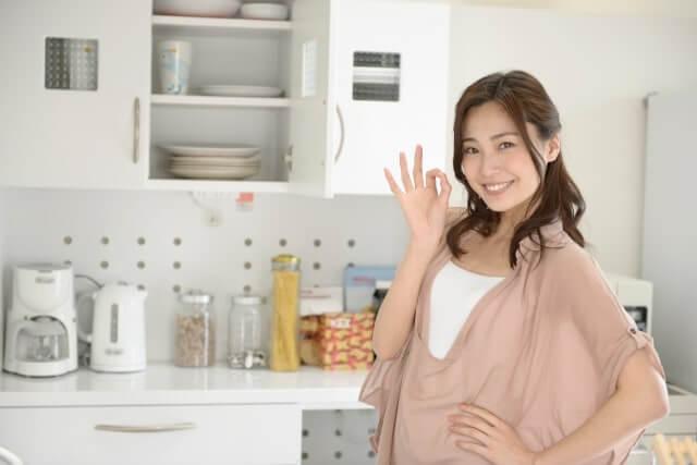 台所でOKサインをだす女性