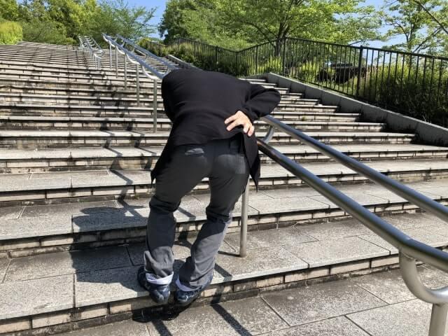階段で腰の痛みが発生した男性