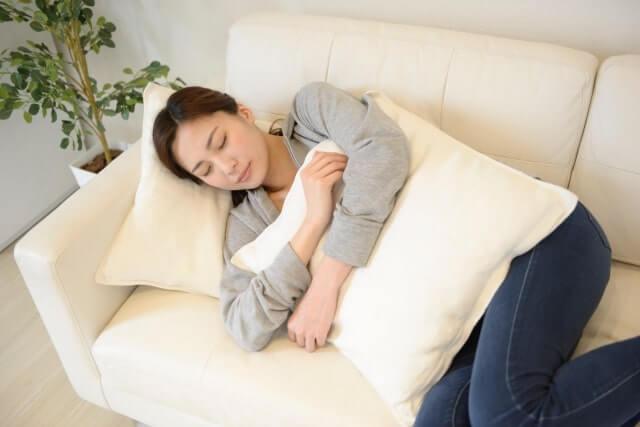 女性がソファで横になる