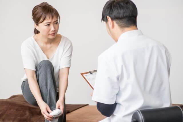 足の症状を整体院でみてもらう女性