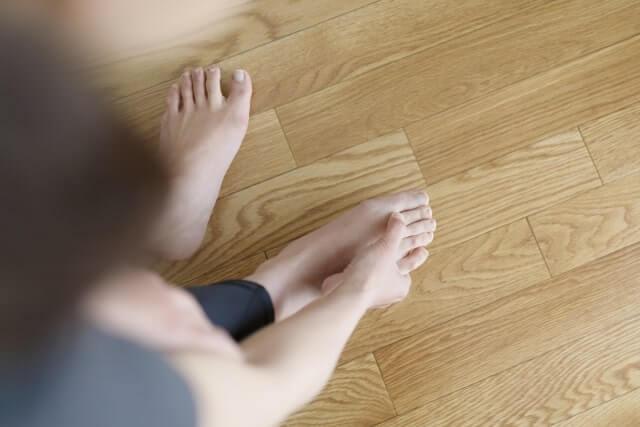 足の指をおさえる女性