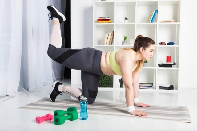 運動をする肥満女性