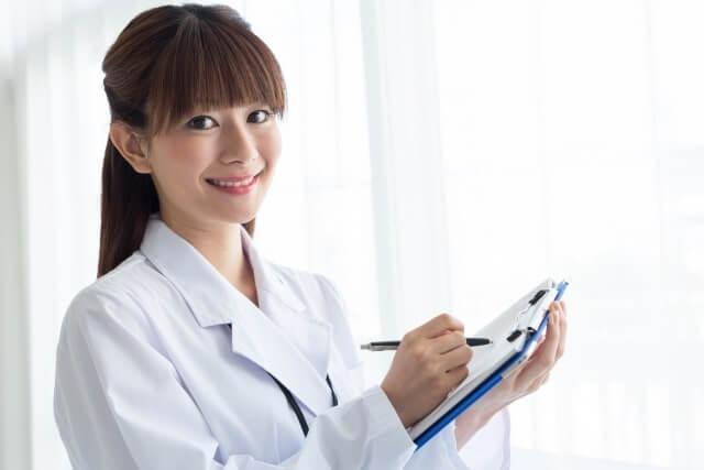 問診をとる女医