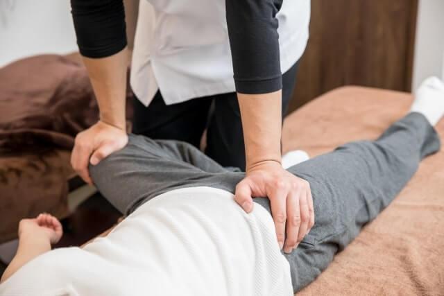 股関節をストレッチする女性