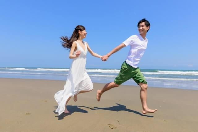 海辺で走る男女