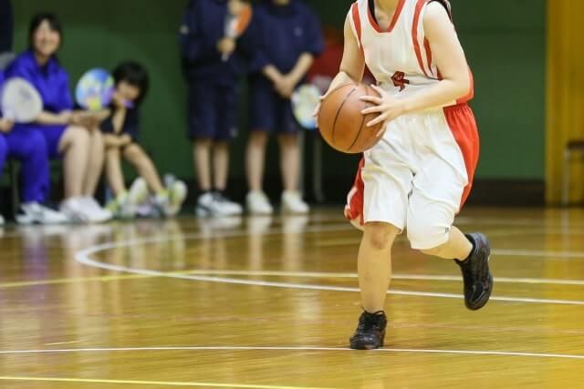 バスケをおこなう少年