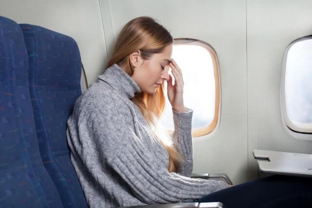 機内で体調を崩している女性
