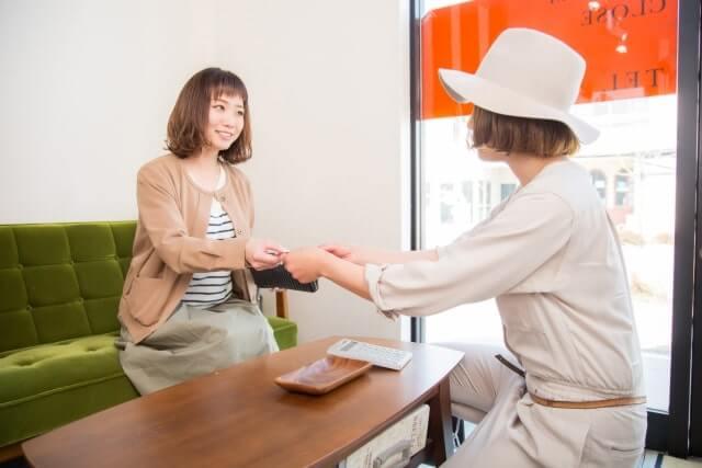 受付でお会計する女性