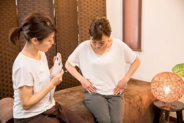 骨盤について相談する女性