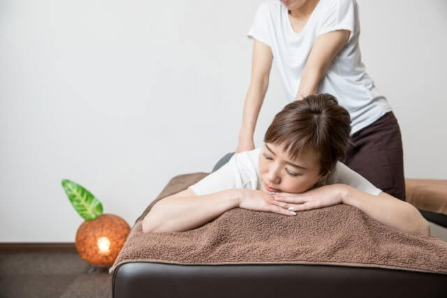 エステで腰の施術を受ける女性