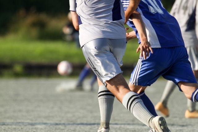 突然起こる子供の膝の痛みの原因は?成長痛の症状や改善方法を解説