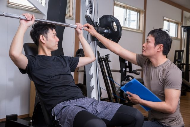 スクワットで起こる膝痛の原因は?痛みの原因と改善方法を解説