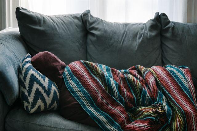 体調不良で寝込む人