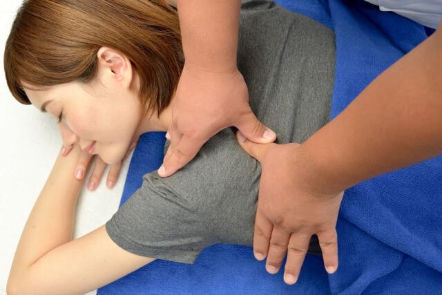 肩の治療を受ける女性