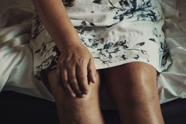 膝を曲げると突然痛むのはなぜ?痛みがでる原因と対策