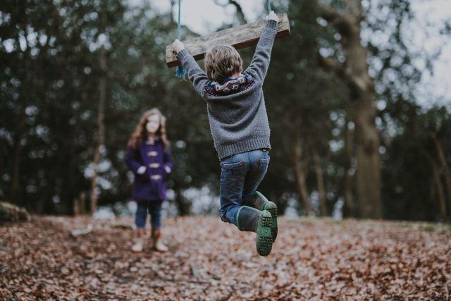 子供の膝が痛いのは成長痛?症状や原因、対処法、受診すべき診療科を解説