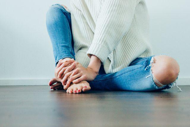 膝に力が入らないのはなぜ?代表的な3つの原因をわかりやすく紹介します